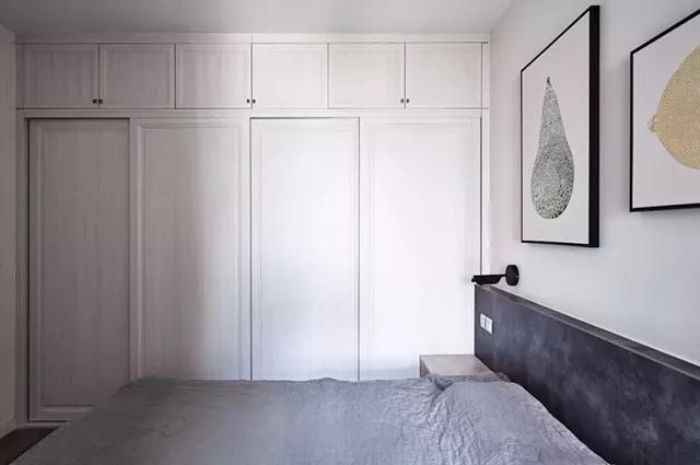 入式大衣柜,让卧室收纳不用愁,柜门设计成推拉门的样式,就不用